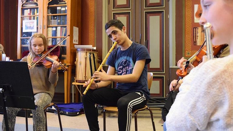 Tayeb Ijla spelar med Kulturskolans orkester. Foto: Jack Lantz/Sveriges Radio