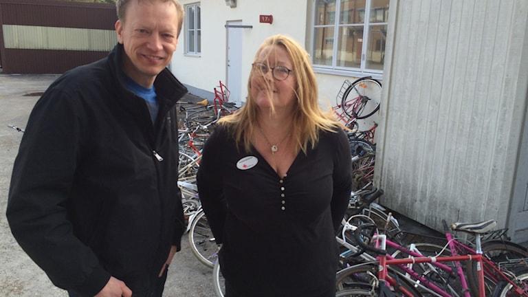 Henrik Broén och Anna Maria Bauer framför resterna av isärskruvade cyklar