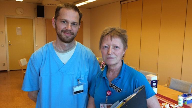 Jens Fröling och Elisabeth Skallus, sjuksköterskor hemsjukvården. Foto: Anna Jutehammar/ Sveriges Radio