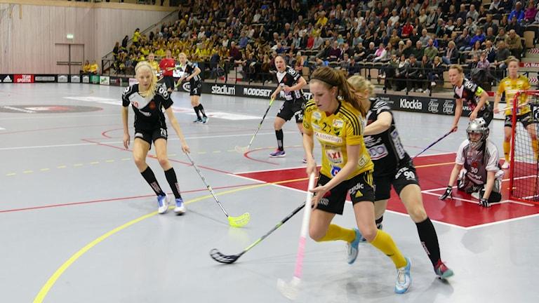 Sara Steen i Endre mot försvarare i Rönnby