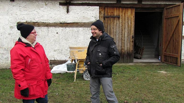 Eva Lundberg som har gamla hus i Norrlanda får råd av byggnadsantikvarie Per Malmros på Gotlands museum.