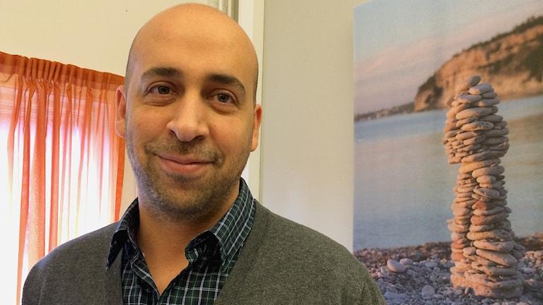 Tareq Berkdar jobbar med att hitta bostäder åt flyktingar som fått uppehållstillstånd på Gotland.