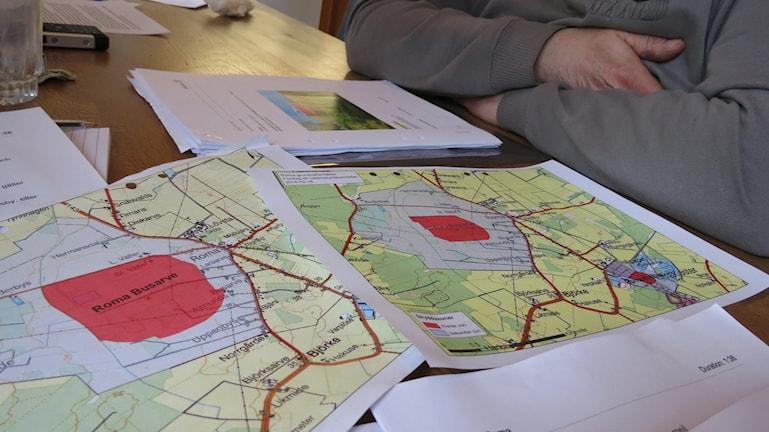 Kartor över föreslagna vattenskyddsområdet Roma. Förslaget till höger det reviderade. Foto: Katarina Hedström/Sveriges Radio