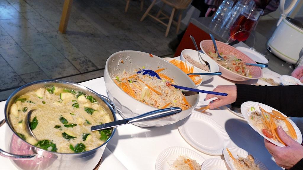 Vegetarisk green curry med squash och blomkål och nudelsallad.