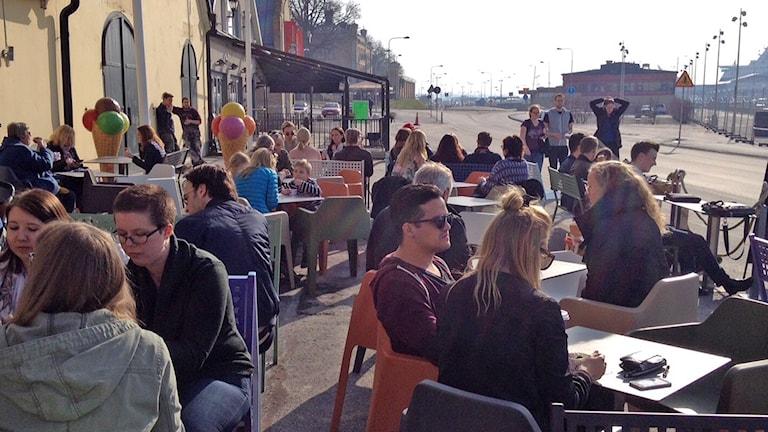 Folk äter glass i Visby hamn