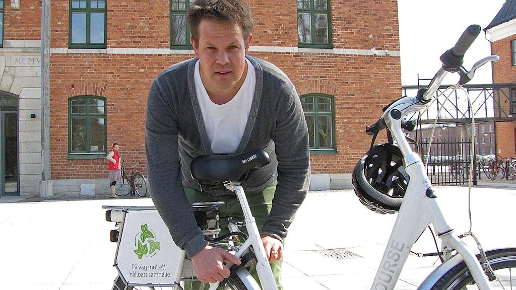 Anders Ylipää låser upp en av Region Gotlands elcyklar