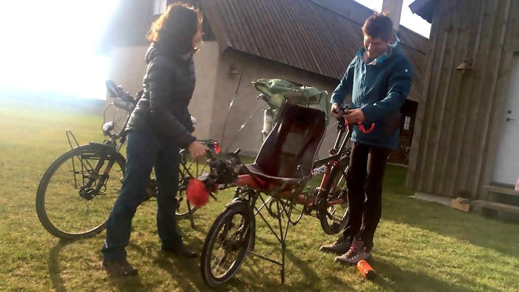 6-åriga Vincent sitter framför styret på Albans cykel i en halvliggande position. Han har även egna pedaler.
