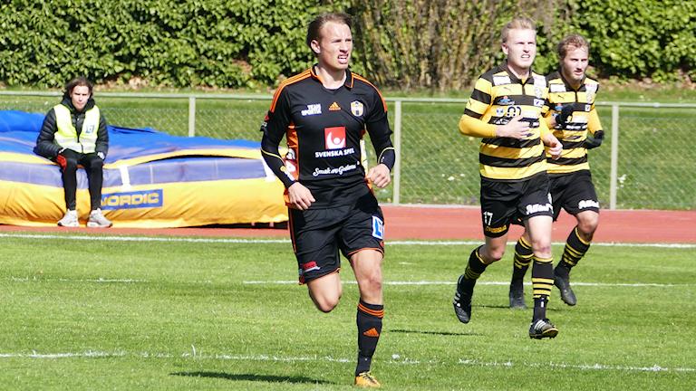 Villiam Dahlström i FC Gute mot Skiljebo SK. Foto: Eva Didriksson/Sveriges Radio