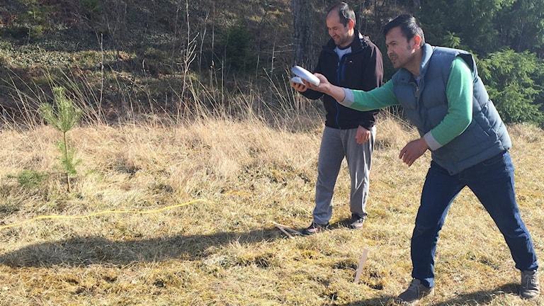 Asylsökande från Fröjelgårdens asylboende instrueras av Eksta if i varpakastning.