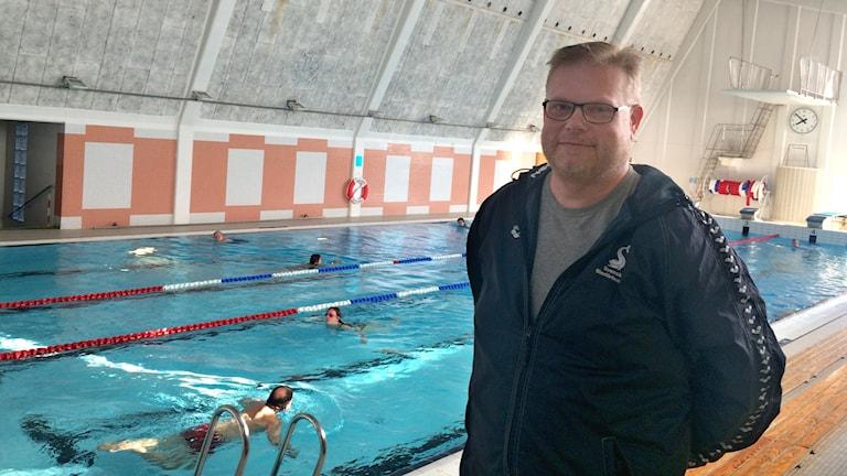 """""""Vi kan inte börja träna ännu tidigare på morgnarna"""" säger Mikael Eriksson, ungdomstränare i Wisby simsällskap."""