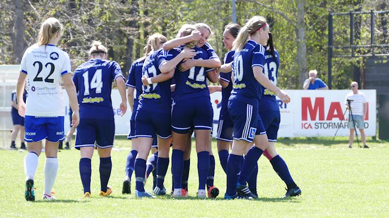 Elfrida Svedjer i P18 firar kvitteringen 2-2. Foto: Eva Didriksson/Sveriges Radio