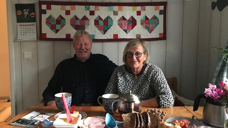 Sylve och Britt Gillerfors vid frukostbordet på inbrottsdrabbade Lyegatan i Visby.