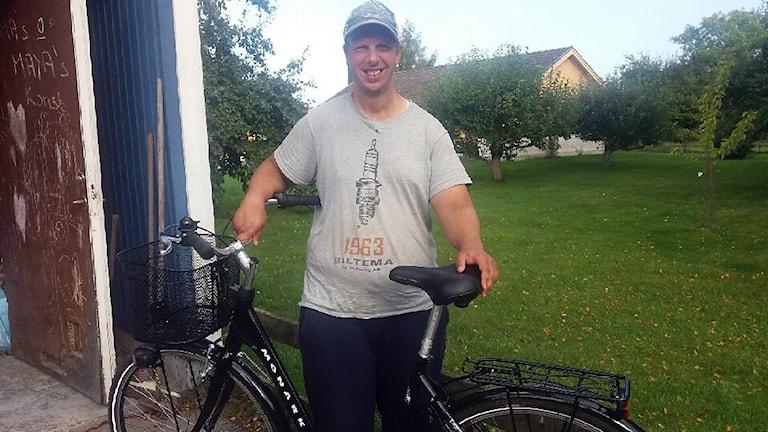 Emil Ekedahl, en kille i vit t-shirt och keps, och hans nya cykel