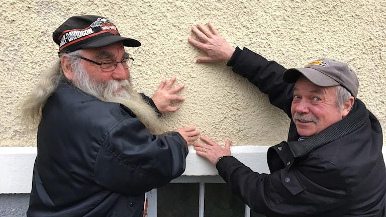 Leif Persson och Lasse Olsson håller hårt i sina hus
