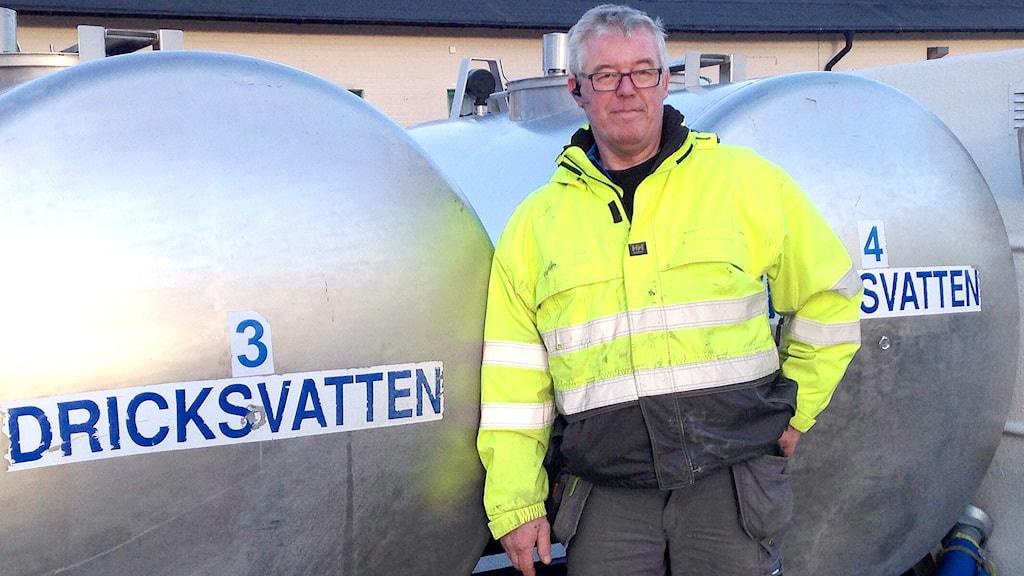 Kent Wiman vid vattentankar i Fårösund. Foto: Katarina Hedström Sveriges Radio