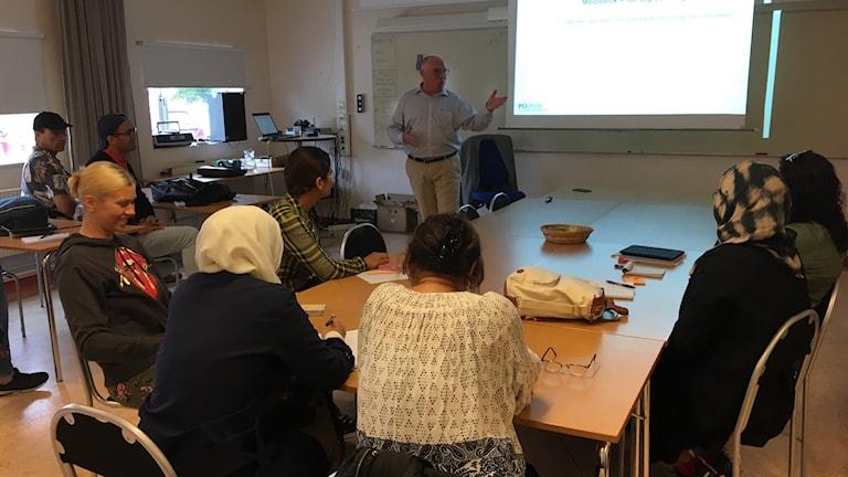 Allmänhetens pressombudsman möter elever i svenska som andraspråk. Foto: Amanda Heijbel/Sveriges Radio