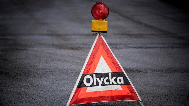 Skylt som varnar för olycka