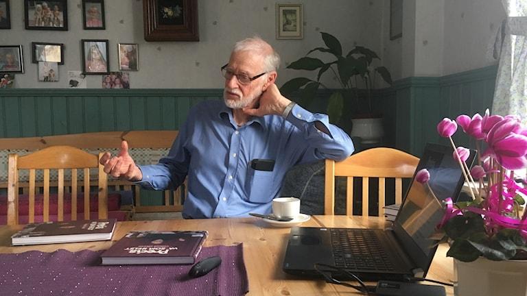 Roland Olsson berättar om sin nya bok Precis va' som helst