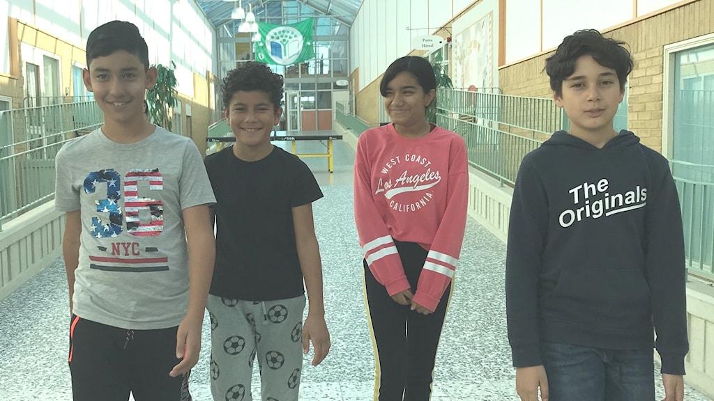 Fyra barn i skolkorridor. Gråboskolan