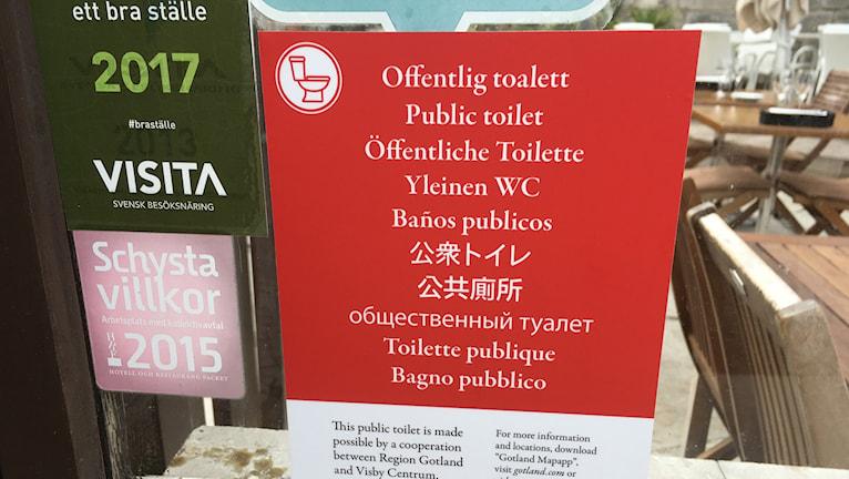 Bild på skylt som visar var privat-offentliga toaletter finns