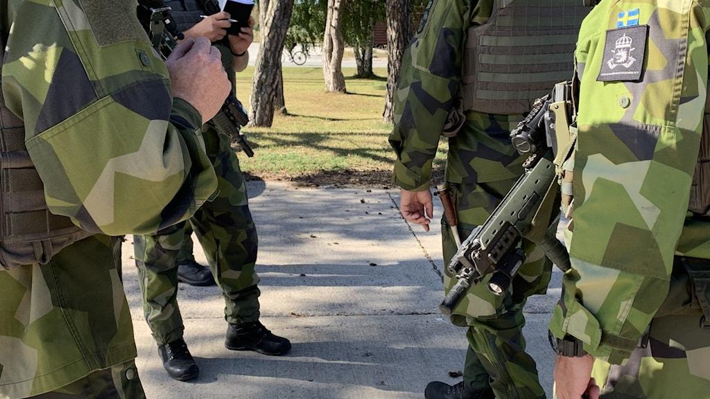 Militärer samtalar. Försvaret. Operativa beredskapsstyrkan. Anländer till Gotlands Regemente P18
