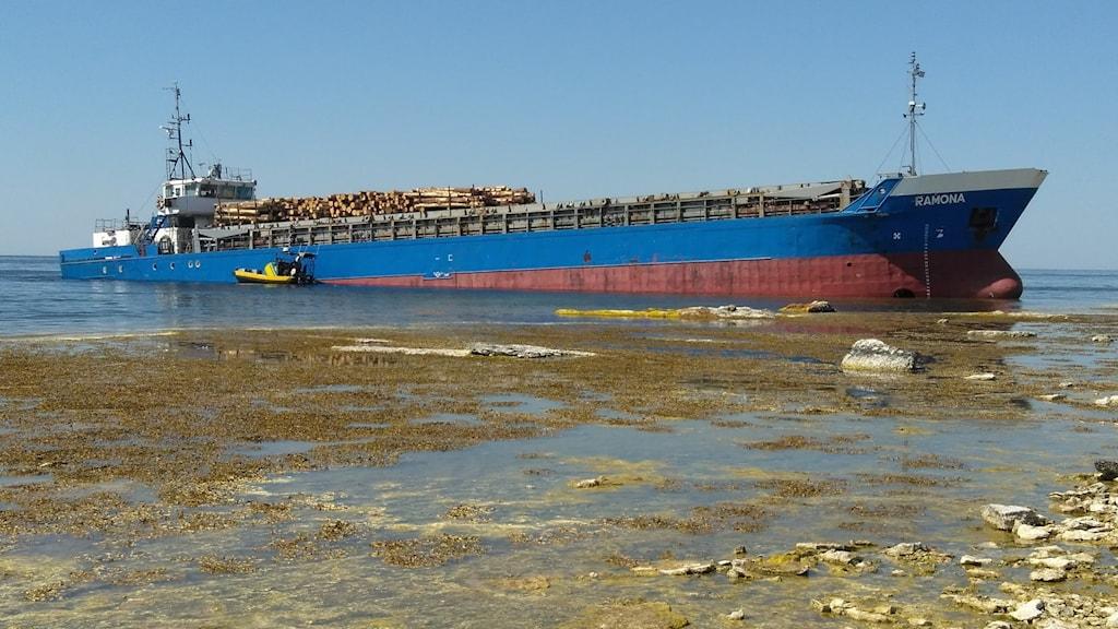 Ett fartyg som nästan kört ända upp på land.