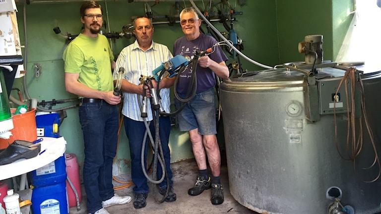 Hans Olsson, Sören Larsson och Kjell Tomsson jobbar på att få mjölkmaskinen till Syrien till nästa år.