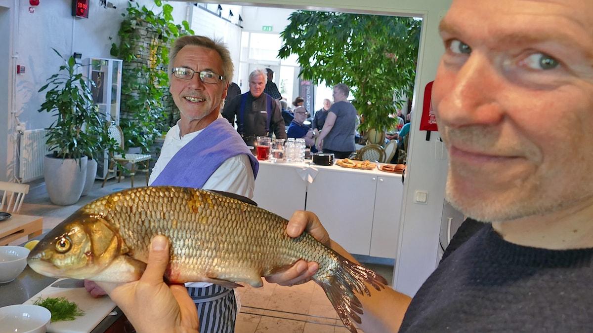 Johan Hellström håller i en id-fisk