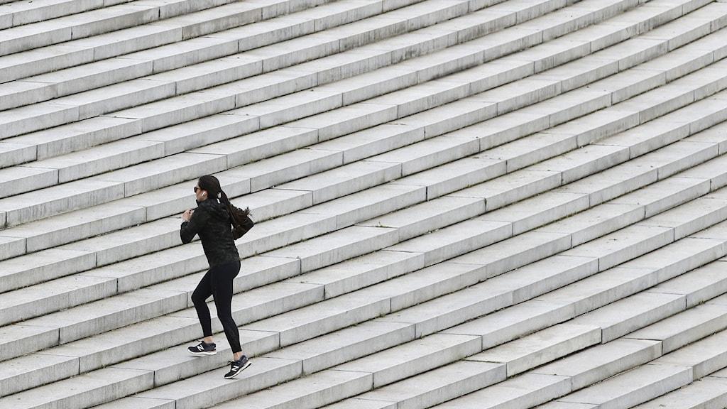 Kvinna tränar i trappa.