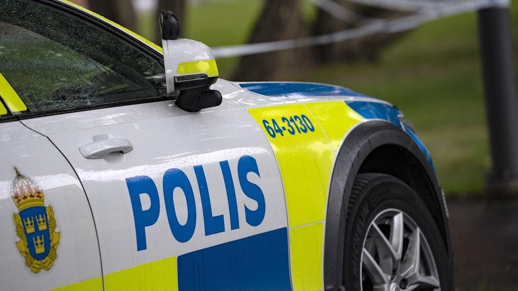 En polisbil står parkerad längsmed en gata i Lund och används som genrebild till artikeln.