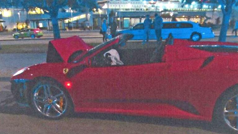 Kraschad sportbil i Visby hamn