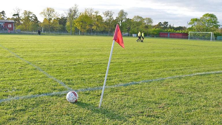 Fotbollsdomare går över fotbollsplan