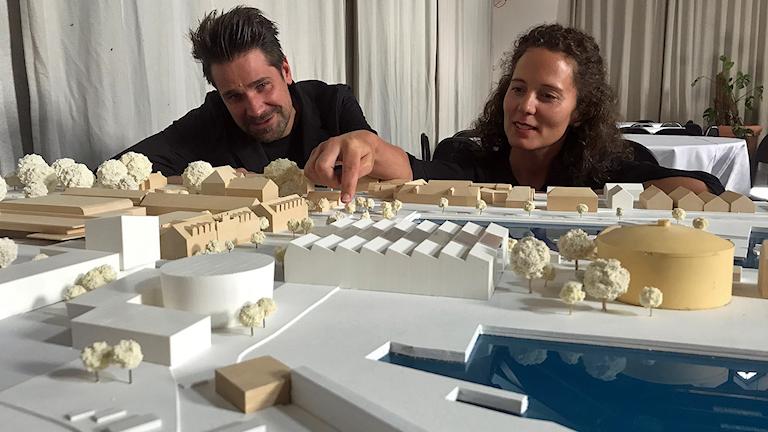 Andreas Forsberg och Sara Lindh bakom modellen av Visby inre hamn.