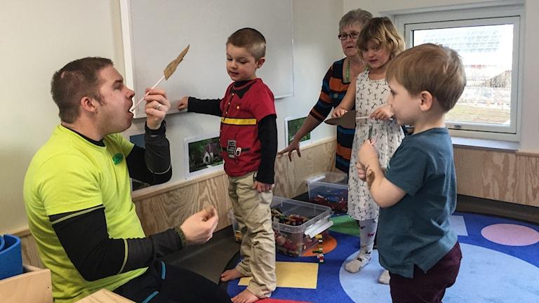 Förskoleläraren Per Berg leker med barnen på den nyinvigda förskolan Törnekvior.