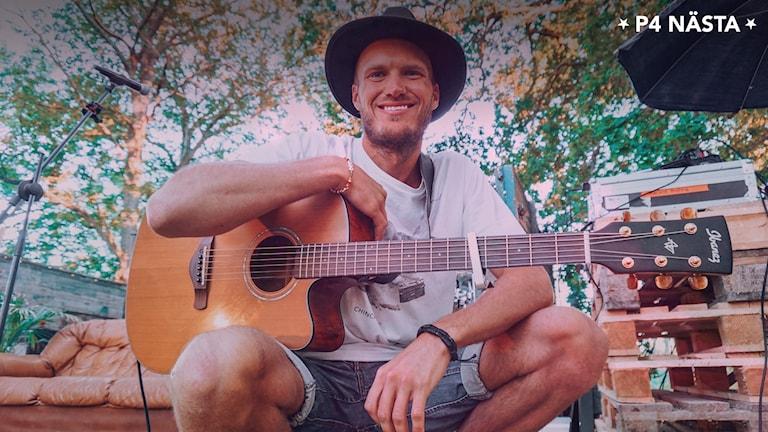 En ung man med en gitarr.