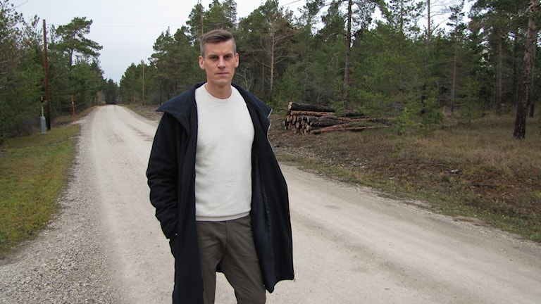 Mikale Bladh på vägen där sörjan flöt när hans brunn sabbades.
