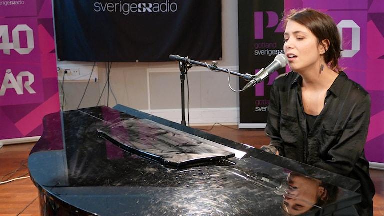 Clara Strauch spelar piano och sjunger
