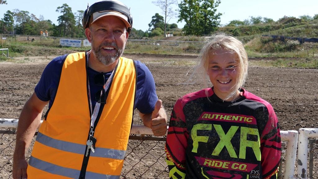 Tillförordnad tävlingsledare för Raukracet, Jesper Cederlund står tillsammans med 13-åriga Agnes Werkander framför motocrossbanan i Visby.