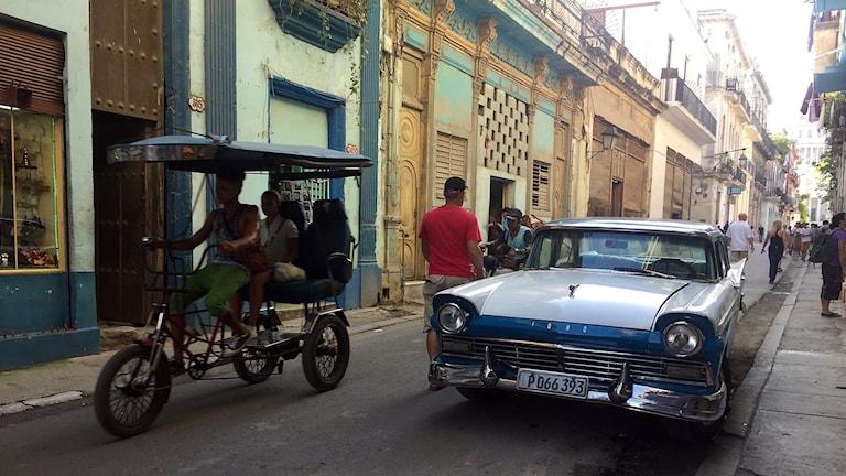 Cykeltaxi och bil i Havanna.