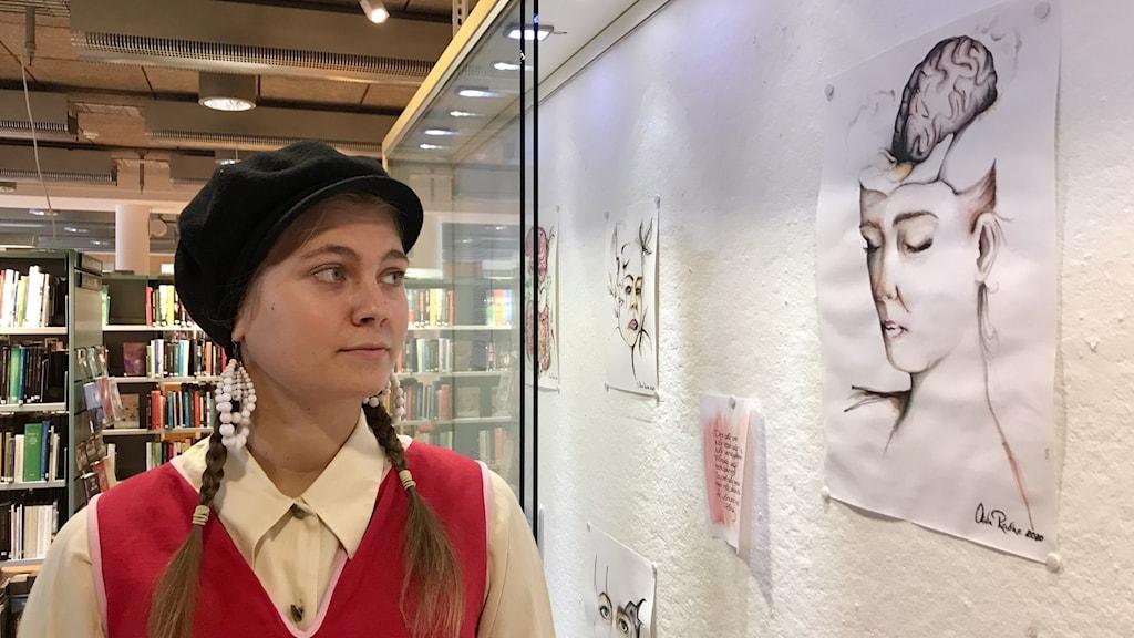 Olivia Radhe Månadens unga konstnär på Almedalsbiblioteket.