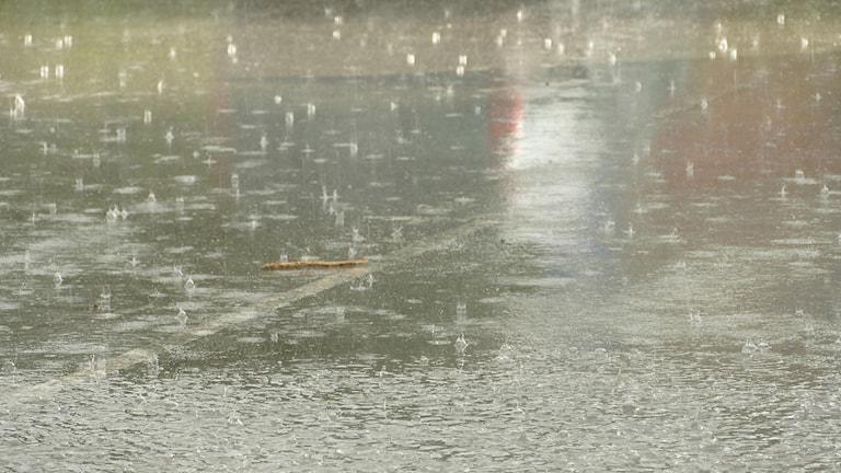 Regn på vattendränkt parkering.