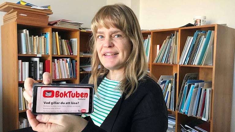 Cecilia Herdenstam visar Boktuben