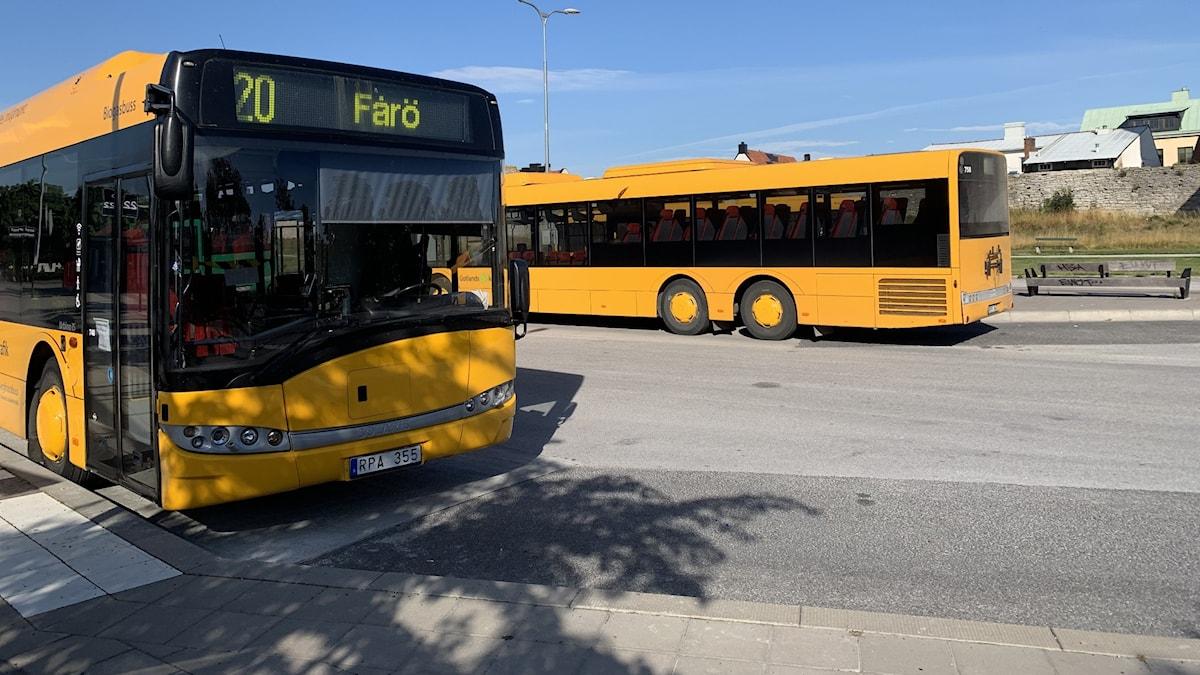 Två bussar vid Visby busstation.