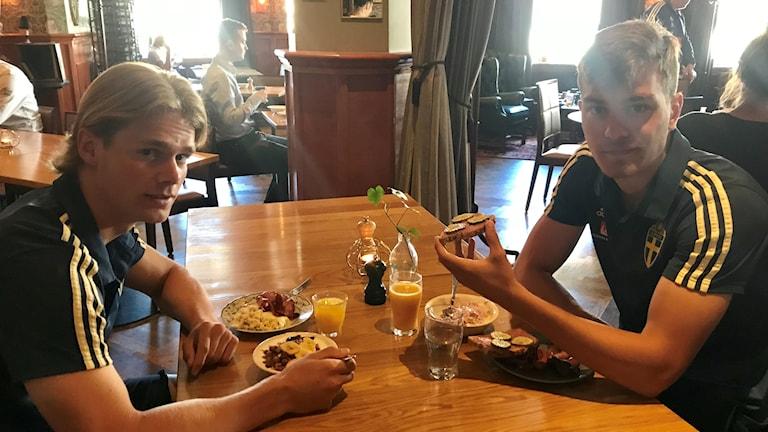 Pojklandslaget käkar frukost