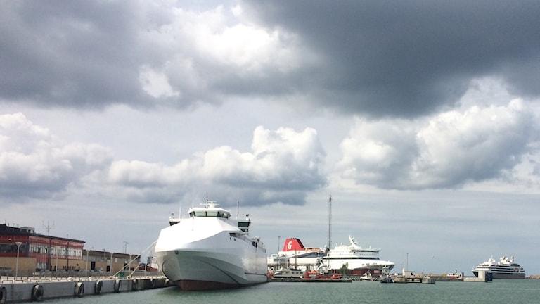 Kryssningsfartyg på väg in i Visby hamn där Destination Gotlands färjor ligger.