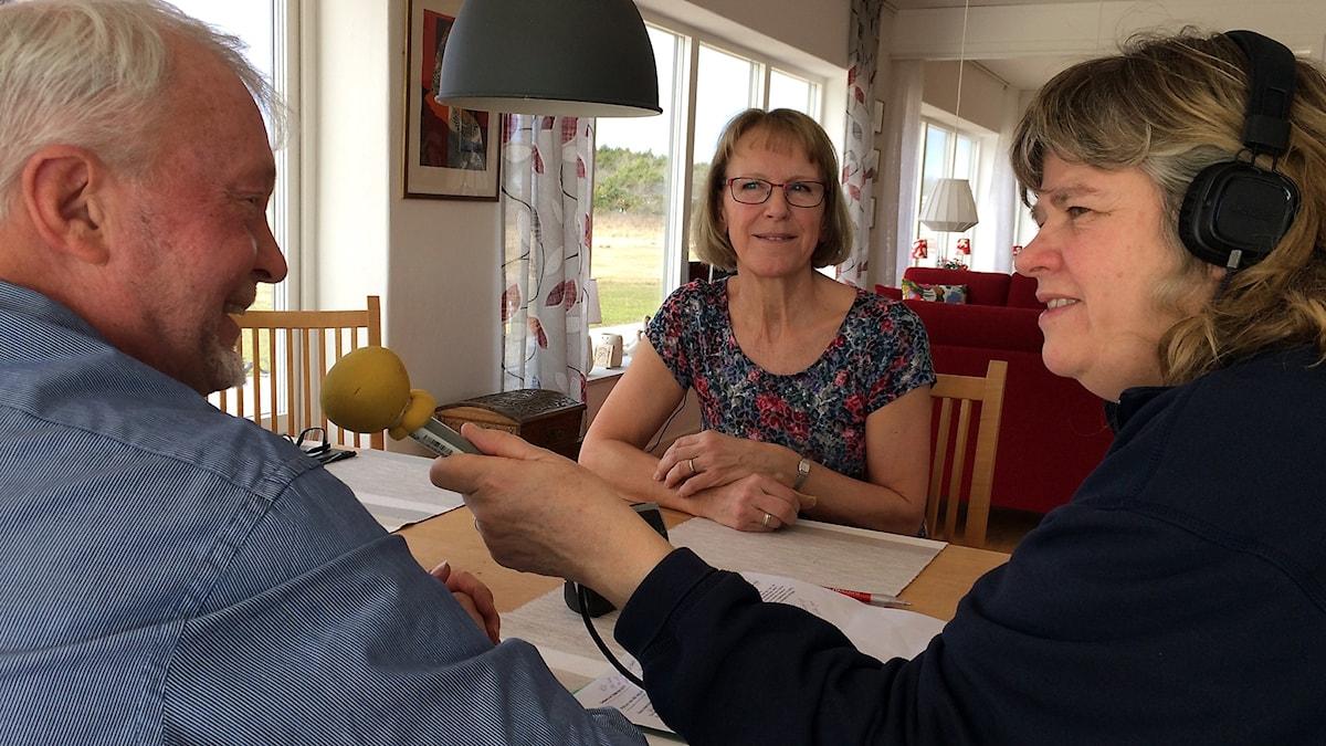 Sven och Marianne Norberg intervjuas av Mari Winarve i Gotland Runt i Väskinde.