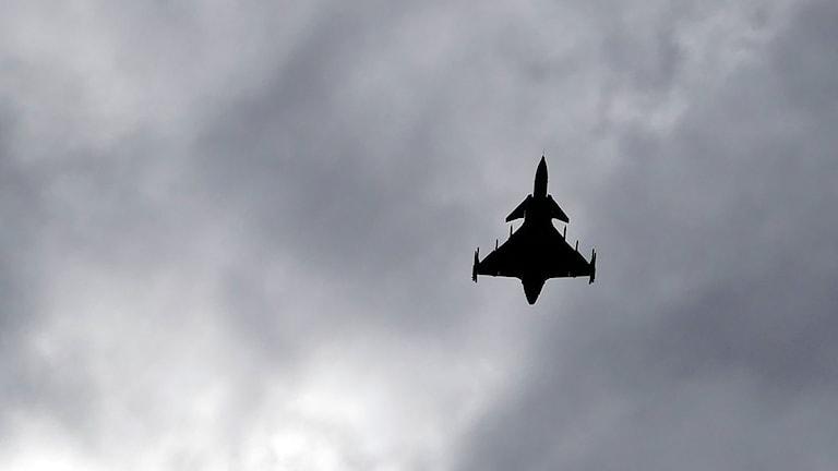 JAS flyger över Brorakan efter att ha landat och startat.
