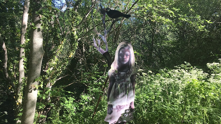 Skulpturen The Watcher in the Woods föreställer en liten flicka med en fågel