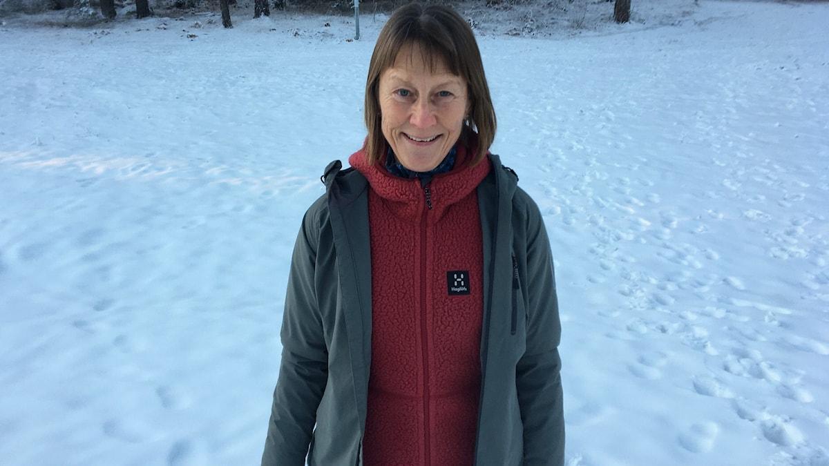 Karin Bengtsson står utomhus i ett snöigt landskap.