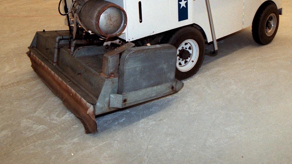 Nedre delen av en ismaskin som spolar en inomhusrink